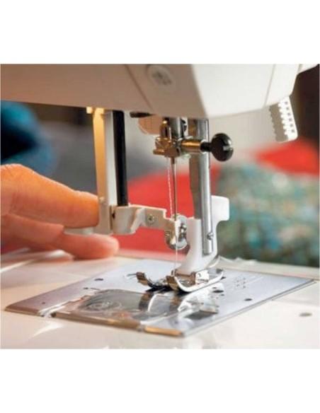 L'infila-ago automatico della Macchina per Cucire Husqvarna Emerald 116 è facile e veloce