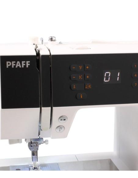 Il pannello comandi della macchina Pfaff Passport 2.0 è facile e intuitivo e lo schermo lcd indica il punto selezionato