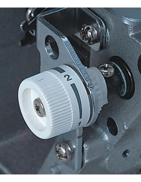 Il dispositivo per regolare la larghezza del taglio della Juki MO654DE permette di ottenere rifiniture perfette