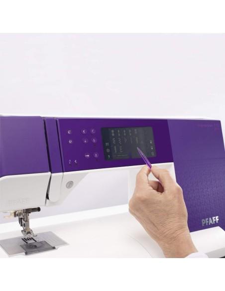 La pantalla táctil de Expresión Pfaff 710 le permite ver y modificar las puntadas en su tamaño real