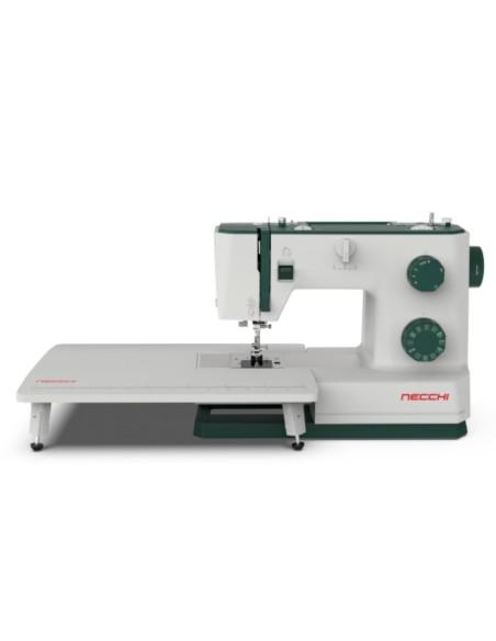 Il tavolo prolunga della macchina per cucire Necchi Q421A aiuta con i capi ingombranti