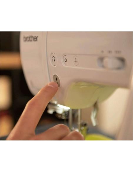 La Innov-Is A10 dispone dei pulsanti Start/Stop, Retromarcia, Ago alto/basso, Fermatura inizio/fine cucitura e cursore velocità