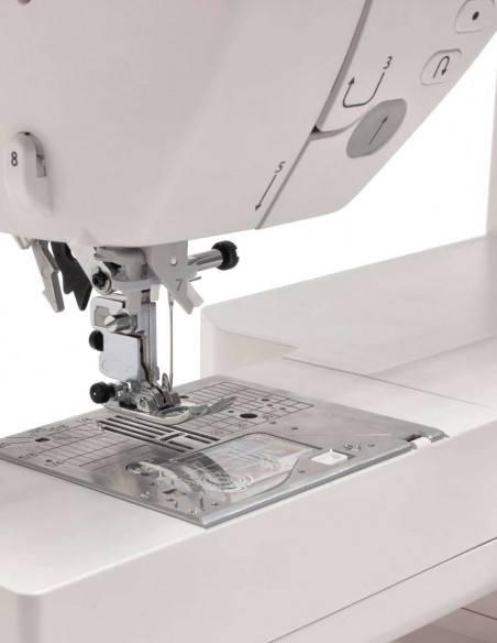 The integrated double transport of the Juki NX7 prevents wrinkles and allows perfect stitching even on leather