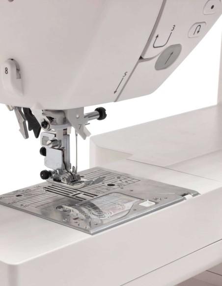 Il doppio trasporto integrato della Juki NX7 previene grinze e consente cuciture perfette anche pelle e cuoio