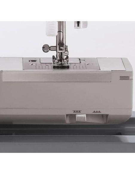 Il braccio libero per cucire parti tubolari della Singer HD 6635 e la leva per escludere il trasporto del tessuto
