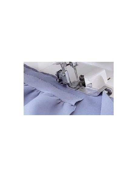 Il piedino arricciatore per Tagliacuci Necchi permette di creare balze e volant fissandoli in unica operazione al tuo abito