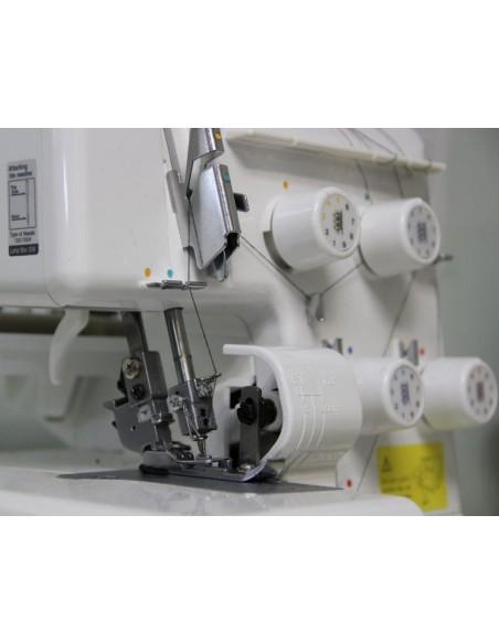 La lama di taglio è in posizione di sicurezza e facilmente dinseribile sulla taglia cuci Juki MO654DE