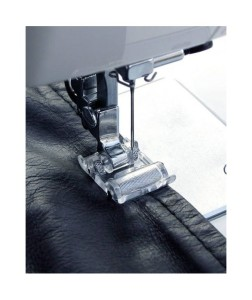 Il piedino con rulli è adatto per tessuti poco scorrevoli come pelle, similpelle e plastificati
