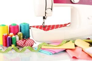 macchina da cucire e tessuto isolato su bianco