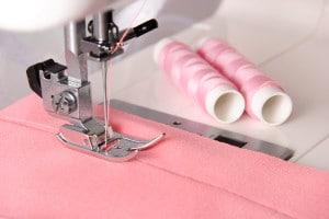 Come fare l'orlo in stoffa ad una trapunta con le macchine da cucire