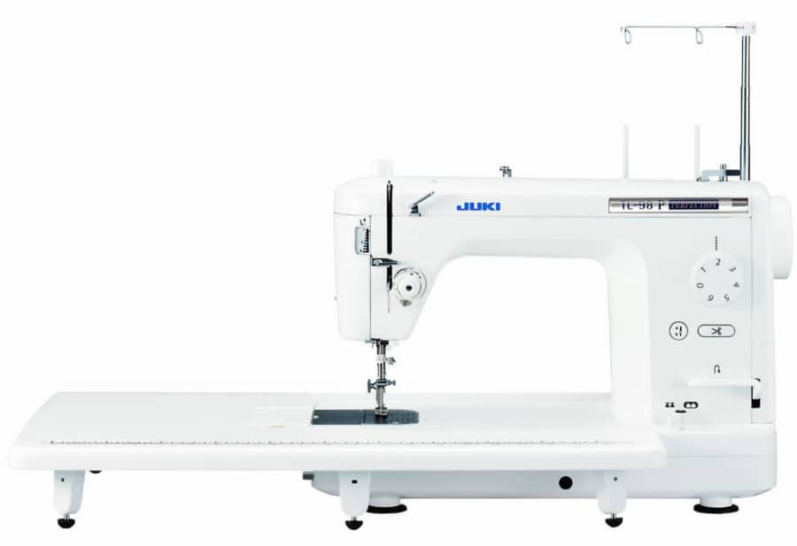 L'enorme piano di lavoro della macchina per cucire artigianale Juki TL98P